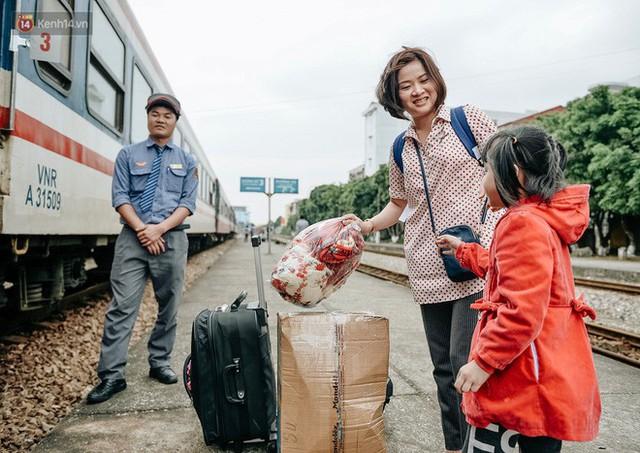 Chuyến tàu mùa xuân chở công nhân nghèo dọc đường đất nước về đến ga Hà Nội và những khoảnh khắc đoàn tụ đầy xúc động - Ảnh 10.