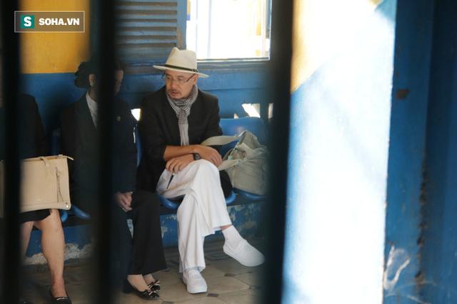 Ông Đặng Lê Nguyên Vũ đến tòa từ sớm, bà Lê Hoàng Diệp Thảo xuất hiện vào phút chót - Ảnh 1.