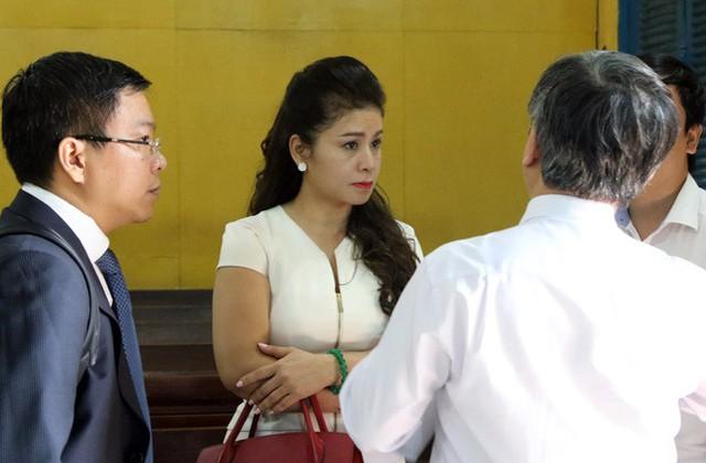 """Ông Đặng Lê Nguyên Vũ và bà Lê Hoàng Diệp Thảo """"đối mặt nhau"""" tại tòa - Ảnh 2."""