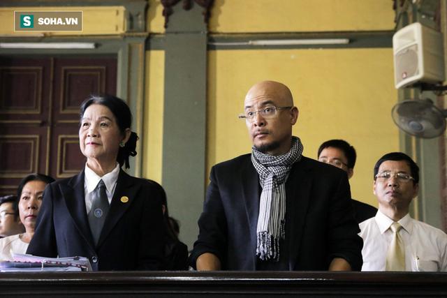 [ẢNH]: Khoảnh khắc căng thẳng trong phiên xử ly hôn vợ chồng ông chủ cà phê Trung Nguyên - Ảnh 2.