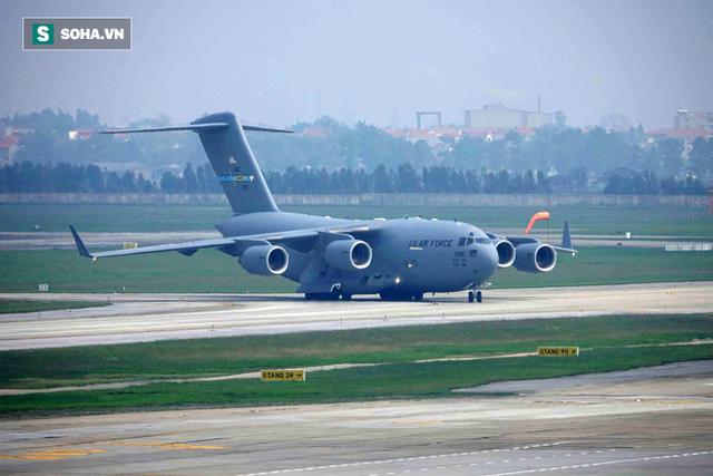 [NÓNG] Ngựa thồ C-17 Mỹ đáp xuống sân bay Nội Bài, thả siêu trực thăng Marine One của TT Trump - Ảnh 1.