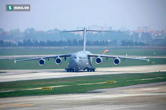 [NÓNG] Ngựa thồ C-17 Mỹ đáp xuống sân bay Nội Bài, thả siêu trực thăng Marine One của TT Trump - Ảnh 2.