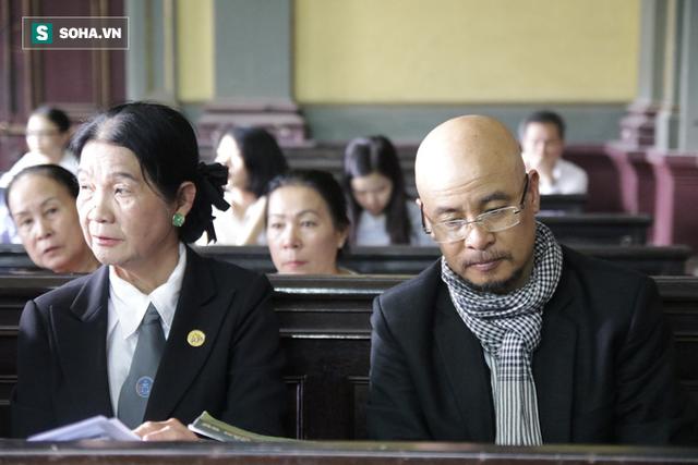 [ẢNH]: Khoảnh khắc căng thẳng trong phiên xử ly hôn vợ chồng ông chủ cà phê Trung Nguyên - Ảnh 15.