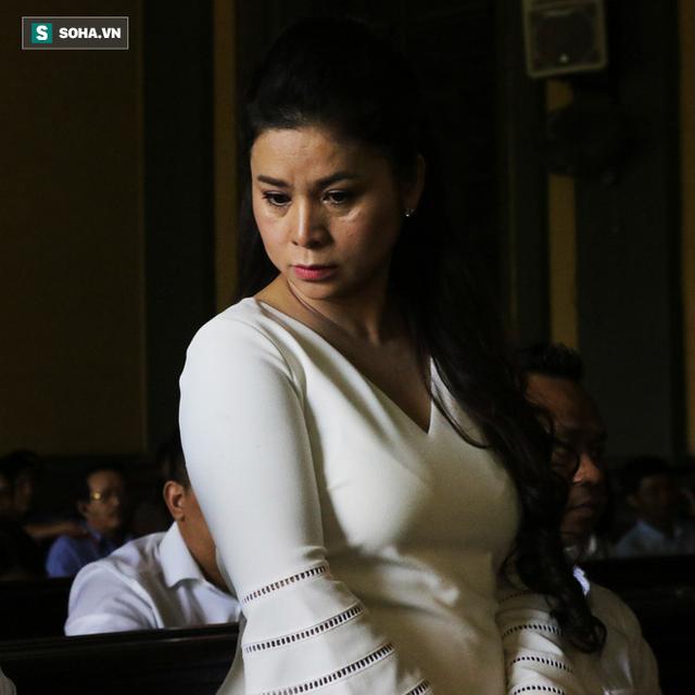 Bà Lê Hoàng Diệp Thảo bật khóc khi nói về chồng con - Ảnh 2.