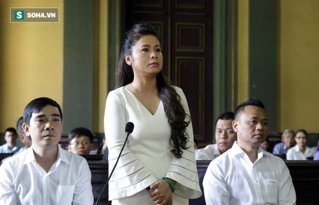[ẢNH]: Khoảnh khắc căng thẳng trong phiên xử ly hôn vợ chồng ông chủ cà phê Trung Nguyên - Ảnh 3.