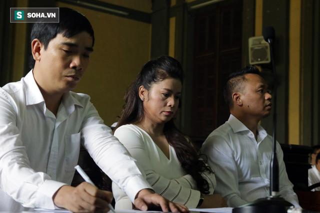 [ẢNH]: Khoảnh khắc căng thẳng trong phiên xử ly hôn vợ chồng ông chủ cà phê Trung Nguyên - Ảnh 5.