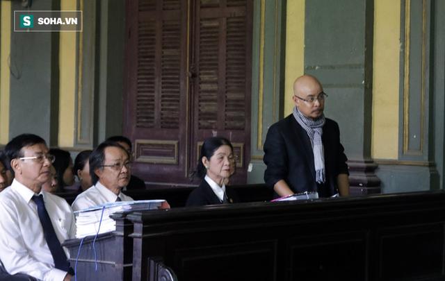 [ẢNH]: Khoảnh khắc căng thẳng trong phiên xử ly hôn vợ chồng ông chủ cà phê Trung Nguyên - Ảnh 8.