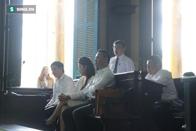 [ẢNH]: Khoảnh khắc căng thẳng trong phiên xử ly hôn vợ chồng ông chủ cà phê Trung Nguyên - Ảnh 9.
