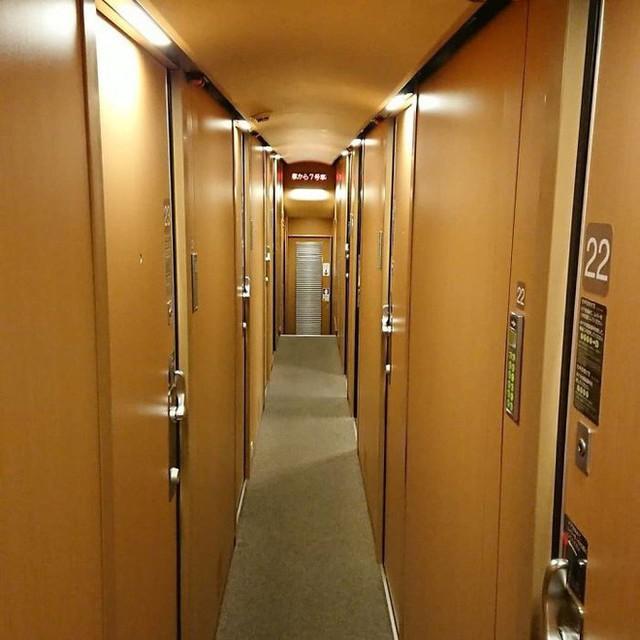 Tàu hỏa xuyên đêm ở Nhật Bản: Bên ngoài cũ kĩ đơn sơ, bên trong nội thất tiện nghi bất ngờ - Ảnh 14.