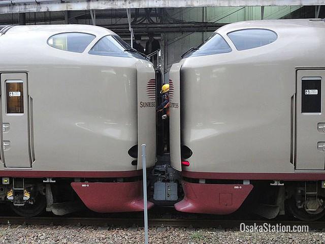 Tàu hỏa xuyên đêm ở Nhật Bản: Bên ngoài cũ kĩ đơn sơ, bên trong nội thất tiện nghi bất ngờ - Ảnh 5.