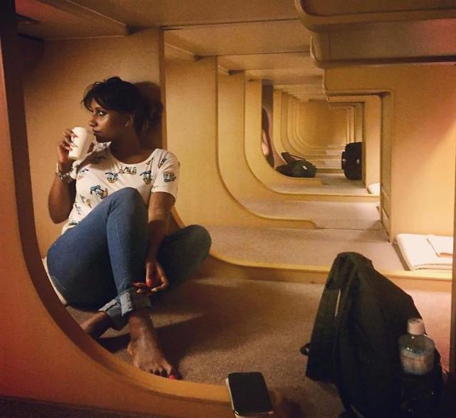 Tàu hỏa xuyên đêm ở Nhật Bản: Bên ngoài cũ kĩ đơn sơ, bên trong nội thất tiện nghi bất ngờ - Ảnh 6.