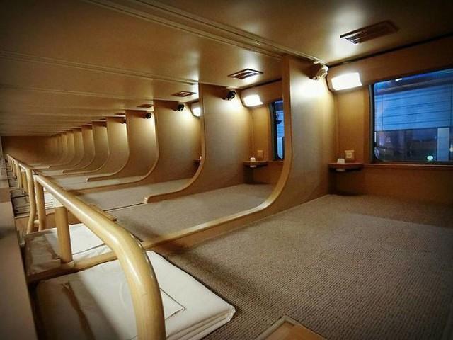Tàu hỏa xuyên đêm ở Nhật Bản: Bên ngoài cũ kĩ đơn sơ, bên trong nội thất tiện nghi bất ngờ - Ảnh 9.