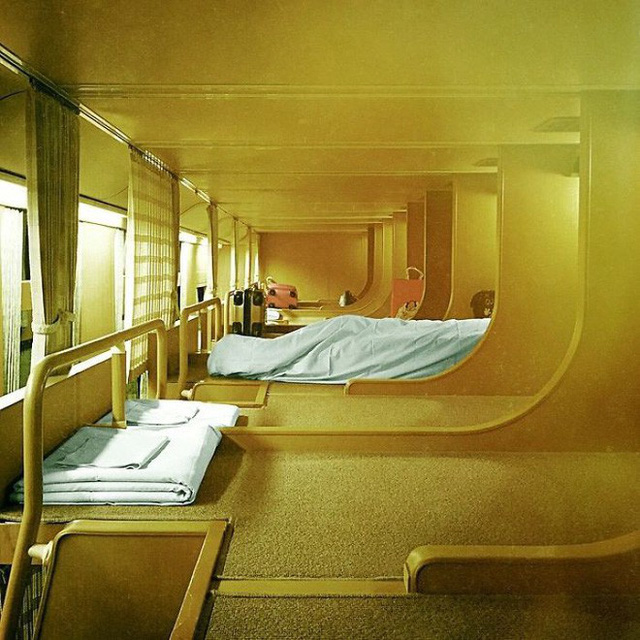 Tàu hỏa xuyên đêm ở Nhật Bản: Bên ngoài cũ kĩ đơn sơ, bên trong nội thất tiện nghi bất ngờ - Ảnh 10.