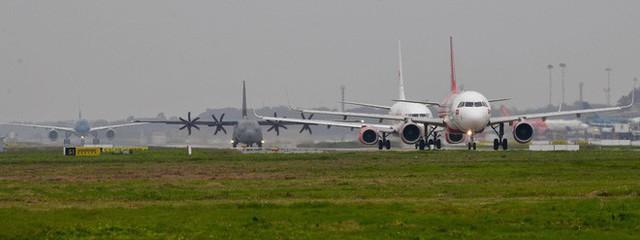 Lực sĩ C-130 Hercules chuyển hành trang của tổng thống Trump tới Hà Nội - Ảnh 2.