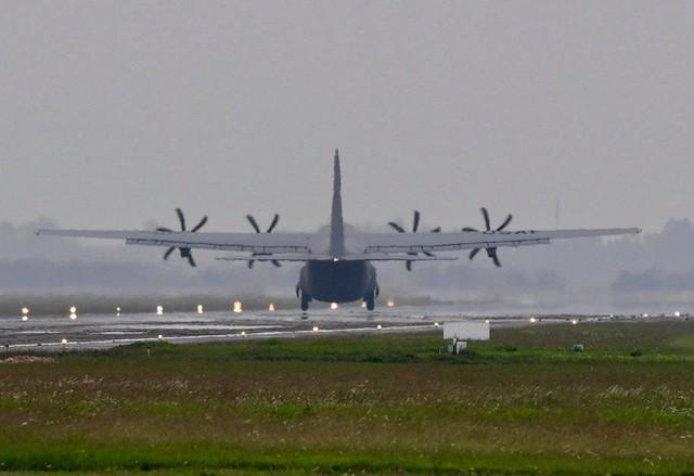 Lực sĩ C-130 Hercules chuyển hành trang của tổng thống Trump tới Hà Nội - Ảnh 4.