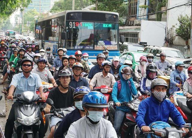 TPHCM cấm xe máy từ năm 2030, dân đi lại bằng gì? - Ảnh 1.