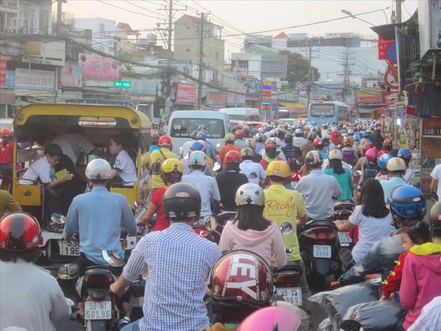 TPHCM cấm xe máy từ năm 2030, dân đi lại bằng gì? - Ảnh 2.