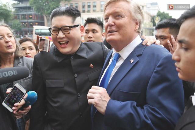 Bản sao của ông Kim Jong-un và Donald Trump bất ngờ xuất hiện tại Hà Nội, bị người dân và phóng viên vây kín - Ảnh 1.