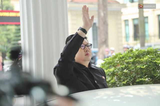Bản sao của ông Kim Jong-un và Donald Trump bất ngờ xuất hiện tại Hà Nội, bị người dân và phóng viên vây kín - Ảnh 2.