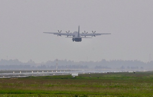 Lực sĩ C-130 Hercules chuyển hành trang của tổng thống Trump tới Hà Nội - Ảnh 5.