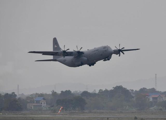 Lực sĩ C-130 Hercules chuyển hành trang của tổng thống Trump tới Hà Nội - Ảnh 6.