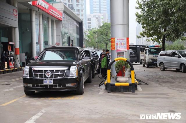 Cận cảnh Quái thú của Tổng thống Trump đổ xăng ở Hà Nội - Ảnh 3.