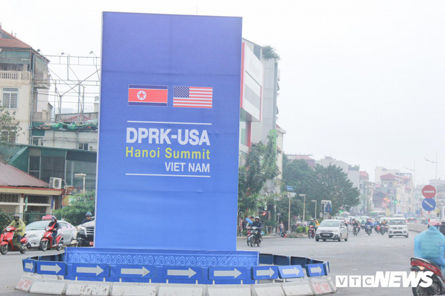 Ảnh: Đường phố Hà Nội rợp cờ hoa trước thềm Hội nghị thượng đỉnh Mỹ - Triều - Ảnh 1.