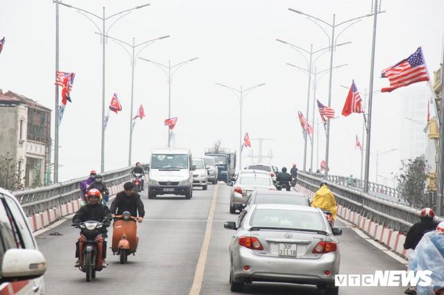 Ảnh: Đường phố Hà Nội rợp cờ hoa trước thềm Hội nghị thượng đỉnh Mỹ - Triều - Ảnh 2.
