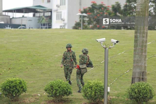 Công binh dò mìn tại các khách sạn lớn ở Hà Nội - Ảnh 1.