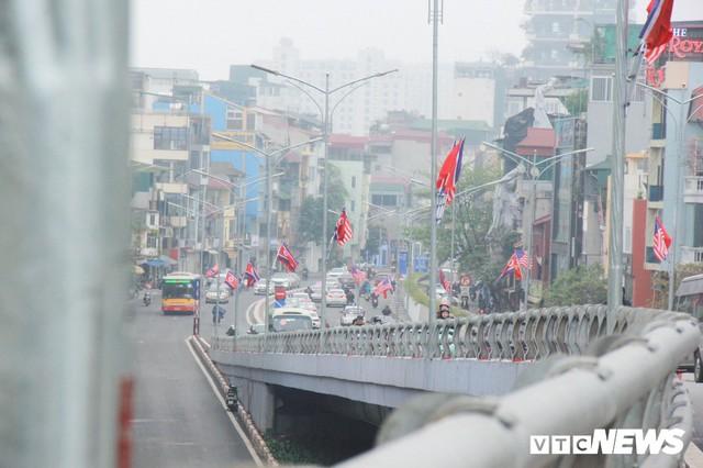 Ảnh: Đường phố Hà Nội rợp cờ hoa trước thềm Hội nghị thượng đỉnh Mỹ - Triều - Ảnh 3.