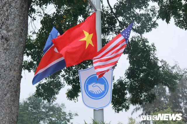 Ảnh: Đường phố Hà Nội rợp cờ hoa trước thềm Hội nghị thượng đỉnh Mỹ - Triều - Ảnh 4.