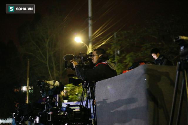 Phóng viên bất chấp mưa lạnh, đặt thang khủng trước ga Đồng Đăng chờ đoàn tàu của Chủ tịch Kim Jong Un - Ảnh 4.