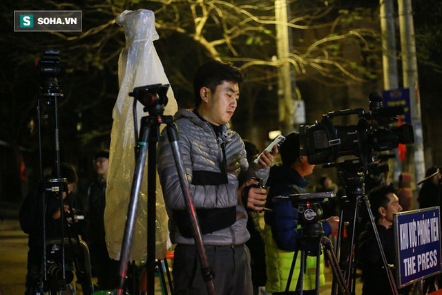 Phóng viên bất chấp mưa lạnh, đặt thang khủng trước ga Đồng Đăng chờ đoàn tàu của Chủ tịch Kim Jong Un - Ảnh 5.