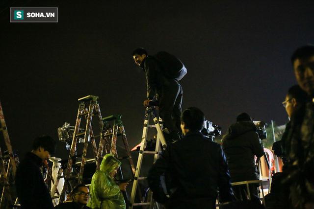 Phóng viên bất chấp mưa lạnh, đặt thang khủng trước ga Đồng Đăng chờ đoàn tàu của Chủ tịch Kim Jong Un - Ảnh 7.