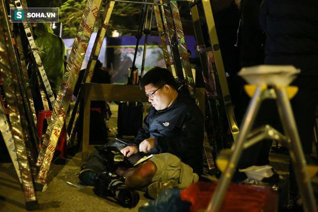 Phóng viên bất chấp mưa lạnh, đặt thang khủng trước ga Đồng Đăng chờ đoàn tàu của Chủ tịch Kim Jong Un - Ảnh 8.