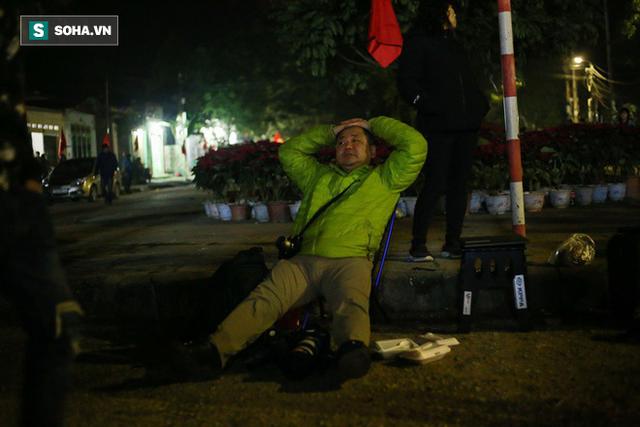 Phóng viên bất chấp mưa lạnh, đặt thang khủng trước ga Đồng Đăng chờ đoàn tàu của Chủ tịch Kim Jong Un - Ảnh 10.