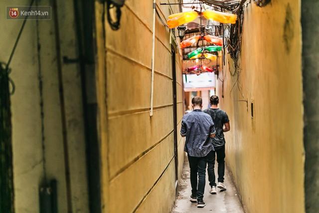 Chuyện chàng trai lớn lên từ ngôi làng ung thư quyết tâm tạo một quán cafe từ hàng nghìn đồ tái chế giữa phố cổ Hà Nội - Ảnh 1.