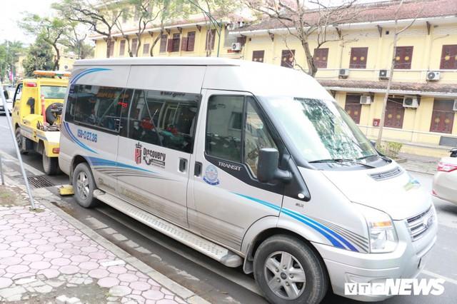 Hàng loạt xe ô tô vi phạm ở Hà Nội bị cẩu trước thềm Hội nghị Mỹ - Triều - Ảnh 2.