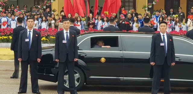 Dàn vệ sĩ của ông Kim Jong Un tái hiện màn chạy bộ ấn tượng trước cửa nhà ga Đồng Đăng, Việt Nam - Ảnh 2.