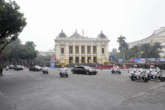 Đoàn xe chủ tịch Triều Tiên Kim Jong Un tiến vào trung tâm Hà Nội - Ảnh 1.