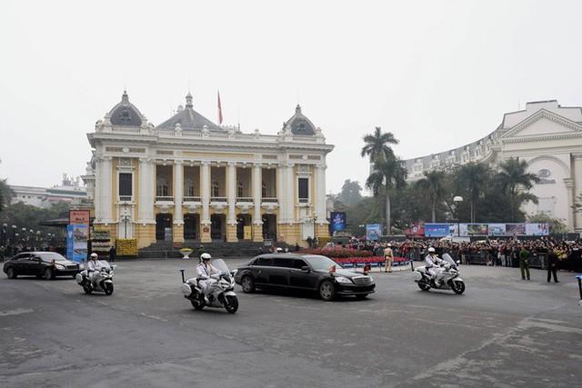 Đoàn xe chủ tịch Triều Tiên Kim Jong Un tiến vào trung tâm Hà Nội - Ảnh 2.