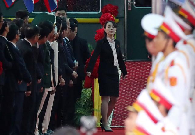 Danh tính em gái ông Kim Jong-un - người cẩn thận thị sát sân ga Đồng Đăng trước khi anh trai xuống tàu - Ảnh 2.