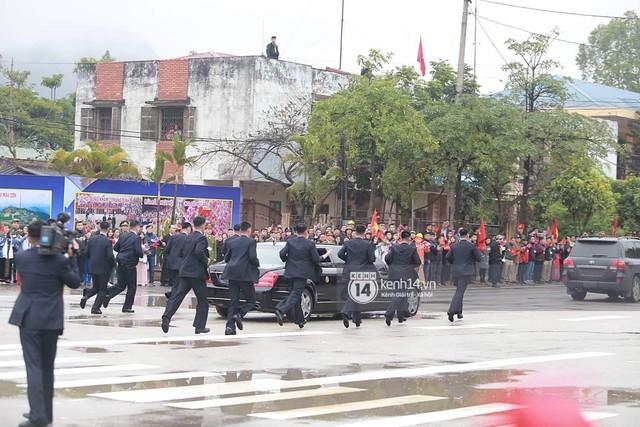 Đội vệ sĩ chạy theo xe chủ tịch Kim Jong-un: Gia thế khủng, lá chắn sống của người đứng đầu Triều Tiên - Ảnh 1.
