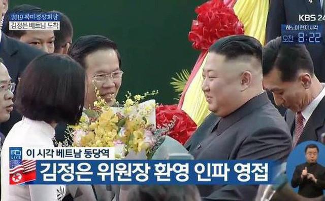 Nữ sinh gây sốt MXH chia sẻ về khoảnh khắc tặng hoa chủ tịch Kim Jong-un - Ảnh 1.