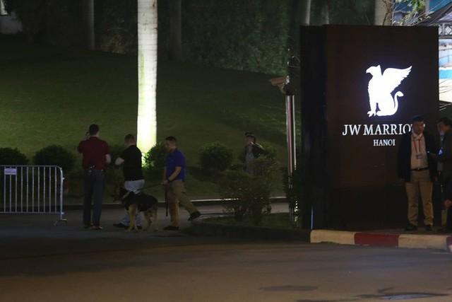 Đoàn siêu xe The Beast đưa Tổng thống Trump về khách sạn JW Marriott qua cửa bếp - Ảnh 24.