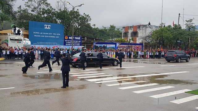 Dàn vệ sĩ của ông Kim Jong Un tái hiện màn chạy bộ ấn tượng trước cửa nhà ga Đồng Đăng, Việt Nam - Ảnh 12.