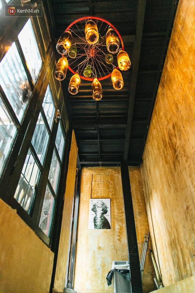 Chuyện chàng trai lớn lên từ ngôi làng ung thư quyết tâm tạo một quán cafe từ hàng nghìn đồ tái chế giữa phố cổ Hà Nội - Ảnh 12.