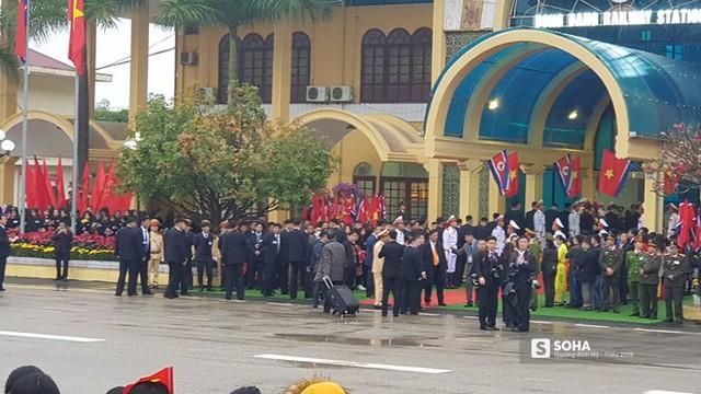 Khoảnh khắc đón đoàn tàu chủ tịch Triều Tiên Kim Jong Un tại ga Đồng Đăng - Ảnh 3.