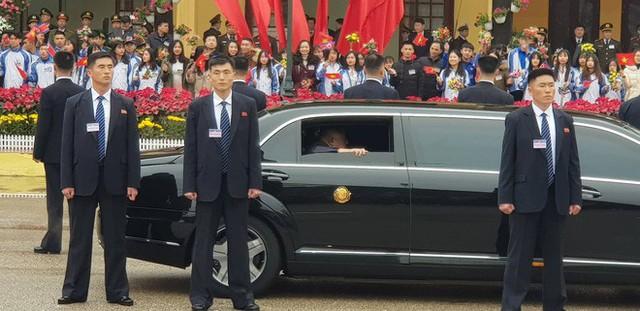 Dàn vệ sĩ của ông Kim Jong Un tái hiện màn chạy bộ ấn tượng trước cửa nhà ga Đồng Đăng, Việt Nam - Ảnh 3.