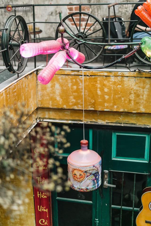 Chuyện chàng trai lớn lên từ ngôi làng ung thư quyết tâm tạo một quán cafe từ hàng nghìn đồ tái chế giữa phố cổ Hà Nội - Ảnh 23.